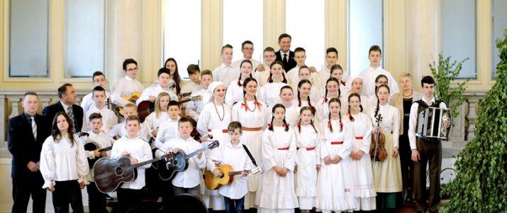 Ljubljana, Predsedniska palaca. Predsednik republike Borut Pahor je sprejel Zelenega Jurija iz Bele krajine, ki prinasa pomlad.